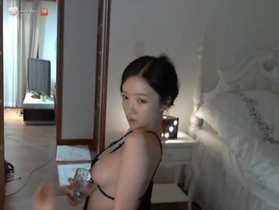 คลิปเก่าแต่เอามาดูใหม่กี่ที่ก็ยังเสียน้ำให้ตลอดกับผู้หญิงชาว Korean คนนี้ยอมเธอจริง ๆ นี้แค่โชว์ webcam นะเนี้ย