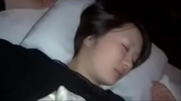 คลิป แอบลักน้องสาว พี่ขี้เงี่ยนไม่รู้จะเอาความเงี่ยนไปลงที่ไหน เห็นน้องนอนอยู่ จับเย็ดซะเลย