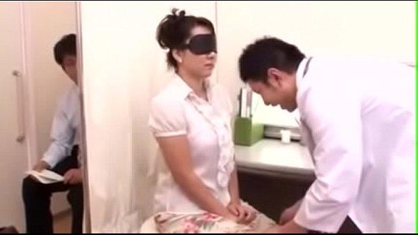 คู่รักหนุ่มสาว พาแฟนสาวมาตรวจภายใน ให้แฟนหนุ่มนั่งรอหลังม่าน แล้วให้ผู้หญิงปิดตา จับถอดเสื้อผ้า ลูปไล้จนเคลิ้ม จับเกี่ยวเบ็ดหีเนียนน่าเลีย ชักว่าวให้