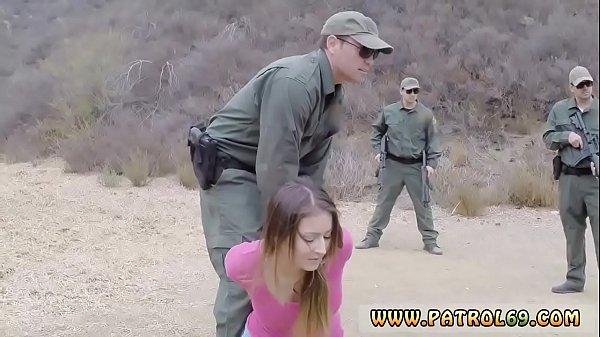 ตำรวจหนุ่มจับแกงค์ค้ายา เห็นเมียพ่อค้าแล้วเงี่ยน XXX ลากมาข่มขืนเย็ดกลางป่า นมใหญ่หีสวยไม่มีหมอย