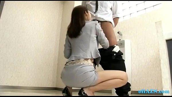 คลิปโป๊ญี่ปุ่น ผู้จัดการสาวขี้เงี่ยนเข้าห้องน้ำชาย จับเพื่อนร่วมงานอมควย สวิงกิ้ง2รุม1 สาวร่านเซ็กจัดอมน้ำแตกคาปากกินน้ำเงี่ยนจนหมด