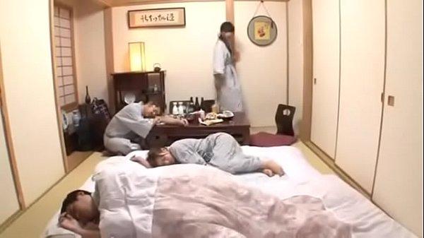Porn japan เมียเพื่อนเมาแล้วเงี่ยน แอบมุดผ้าห่มอมควยเพื่อนผัว แอบเล่นชู้ตอนผัวเมาหลับ เย็ดกันข้างๆไม่เกรงใจใคร