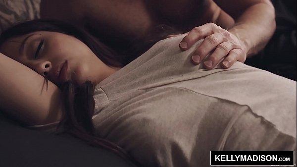 หนังโป๊ฝรั่งหรุ่มใหญ่แอบลักหลับลูกเลี้ยง นอนยั่วใส่ชุดชั้นใน แหวกกางเกงในเย็ดกระแทกหีจนลูกตื่น