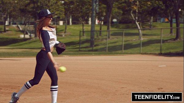 นักเบสบอลสาวโดนโค๊ชหลอกเย็ด ลากมาเย็ดหลังซ้อมเสร็จสาวสวยหุ่นX โดนจับเย็ดท่ายากขย่มควยจนน้ำแตก